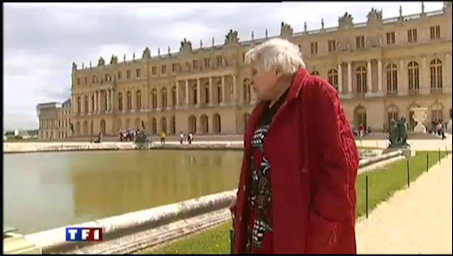 Anne Golonadmires the fountains