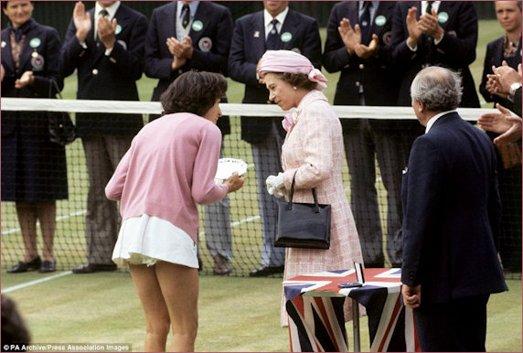 HM Queen presenting the plate to Virginia Wade in 1977