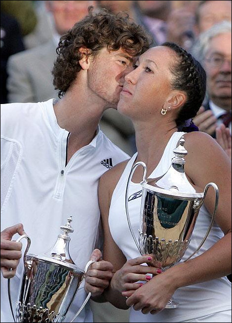JJ and Murray sharing an air kiss