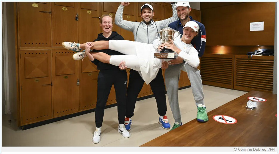 Iga and her crew celebrating the French Open win