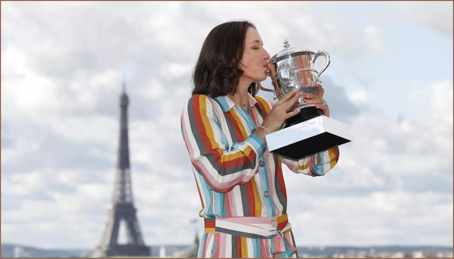 Iga, her trophy and the Eiffel Tower